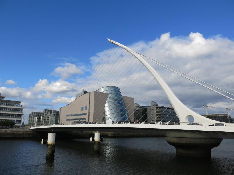 Der moderne Teil von Dublin mit der Brücke in Harfenform