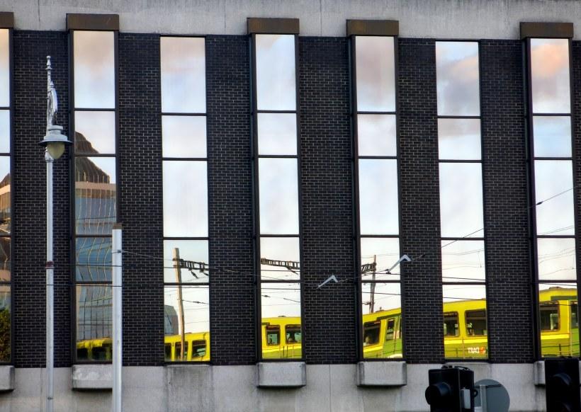 Dublins Züge und Straßenbahnen sind bunt
